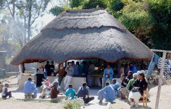 """Mittagspause am """"Gazebo"""", dem Kochhaus auf dem Arche-Gelände"""
